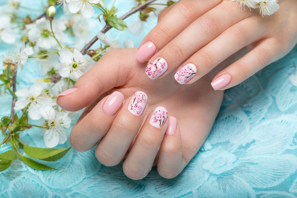 Spring manicure/nail art for women in gentle tones with flowers design.